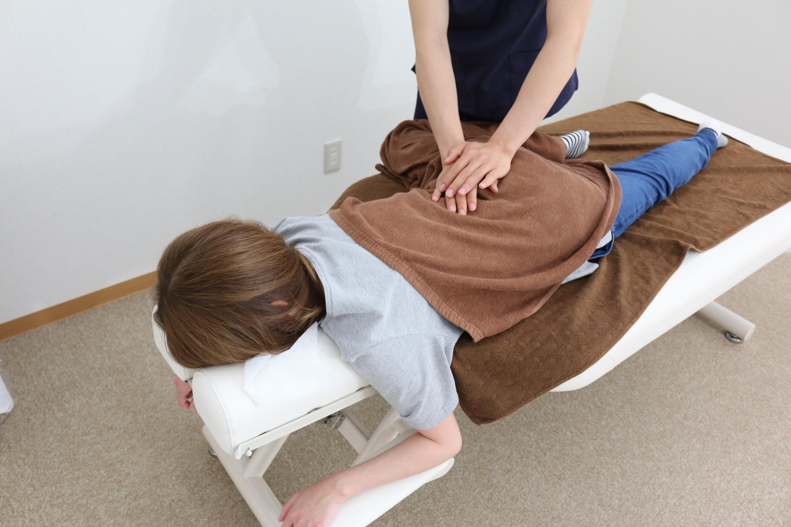 腰の施術の様子