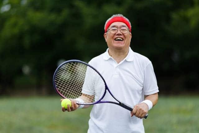 テニスをされている男性の様子